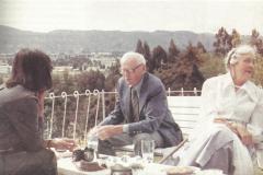 (1985) - Zulay escucha atentamente al Dr. Hollis Dow Hedberg, uno de geólogos más grandes del siglo XX, admirado y respetado por su obra y aportes a la geología