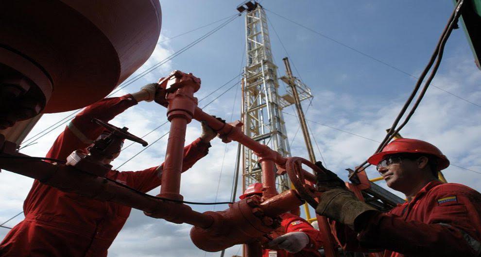 Se acelera la caída en la producción petrolera de Venezuela